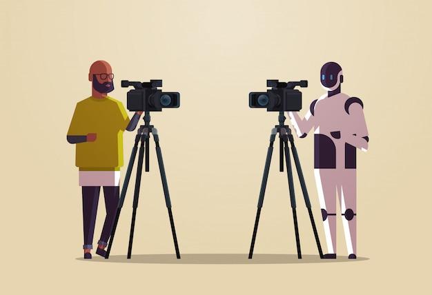 Roboteroperator mit dem kameramann, der videokamera auf stativroboter gegen den menschen zusammen steht, der das flache horizontale konzept der künstlichen intelligenz in voller länge überträgt