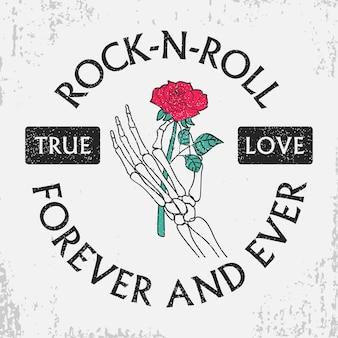 Rock-and-roll-grunge-typografie für t-shirt mit rosenblume in der skeletthand