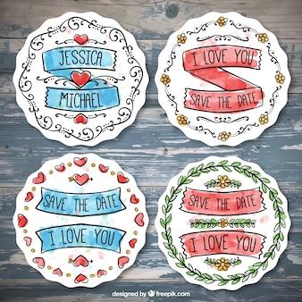 Romantische abzeichen mit bändern und herzen