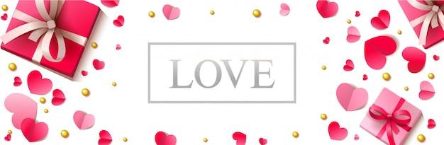 Romantischer horizontaler fahnenhintergrund mit papierherzen und präsentkartons auf der weißen weißen oberfläche.