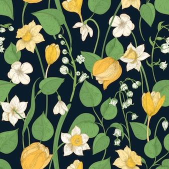Romantisches nahtloses muster mit zarten blühenden frühlingsblumen und blättern auf schwarz