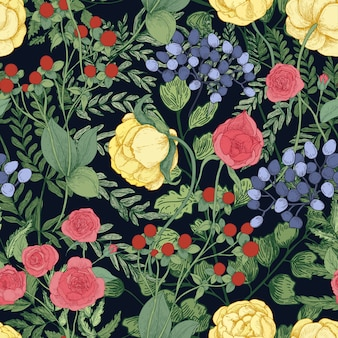 Romantisches natürliches nahtloses muster mit blühenden gartenblumen und blühenden kräutern auf schwarz
