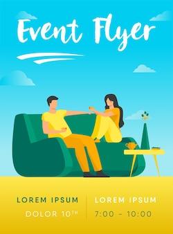 Romantisches paar, das am sofa sitzt und kaffeefliegerschablone spricht und trinkt