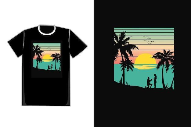 Romantisches paar des t-shirts im schönen strand des sonnenuntergangs am strand