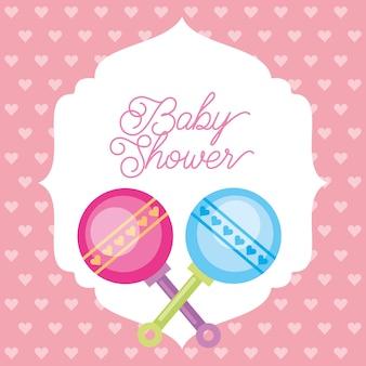 Rosa und blaues spielzeug rattert herzhintergrund-babypartykarte