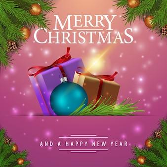 Rosa weihnachtskarte mit tannenzweigen und geschenken