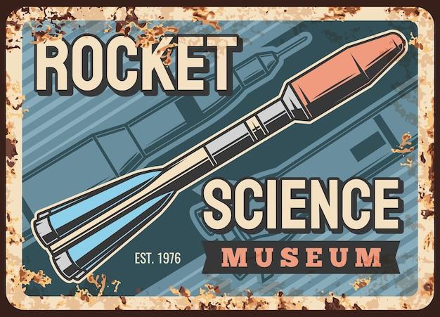 Rostige metallplatte der weltraumwissenschaft mit rakete