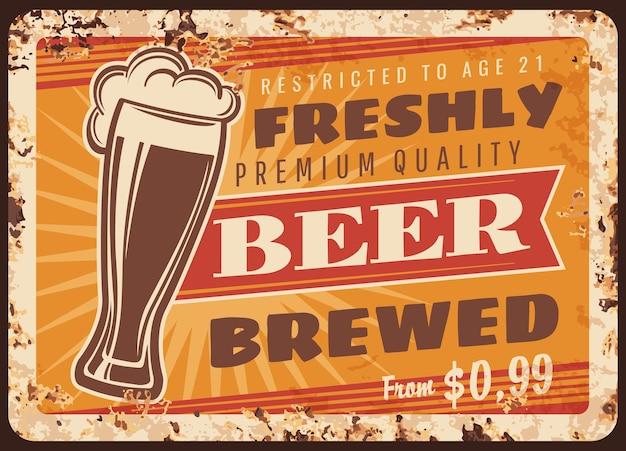 Rostige metallplatte des örtlichen brauereibiers. weizenglas mit frisch gebrühtem töpfer oder kräftigem bier, schaum und vintage-typografie. craft brauerei, pub oder bar retro banner, werbeschild
