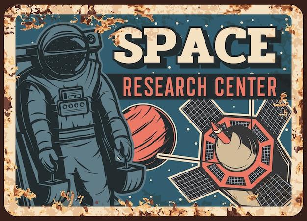 Rostige metallplatte des weltraumforschungszentrums, astronaut im weltraum mit marsplanet und satellit im vintage-rostzinnschild des sternenhimmels. eisenhaltiges retro-plakat mit fliegendem kosmonauten- oder raumfahrer