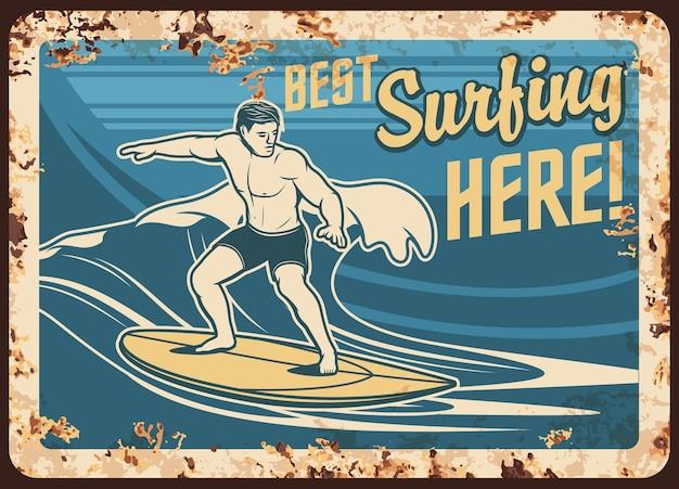 Rostiger surfer der surfing metal plate auf dem vintage retro retro poster des surfbrettwellen