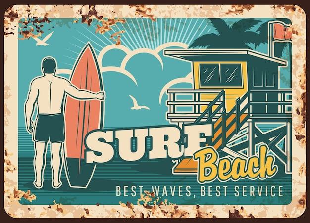 Rostiger surfer der surfmetallplatte mit surfbrettillustrationsdesign