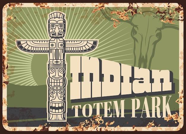 Rostiges metallschild des indischen totempfahls mit tiersymbol des indianischen stammes. thunderbird oder adlervogelstange mit stierschädel, monumentale schnitzerei