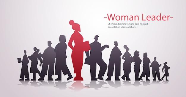 Rote geschäftsfrau-führer-silhouette, die vor der horizontalen kopienraumillustration des geschäftswettbewerbs der geschäftsleutegruppenführung steht