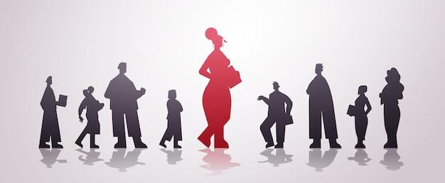 Rote geschäftsfrauführersilhouette, die vor der horizontalen illustration des geschäftswettbewerbs der geschäftsleutegruppenführung steht