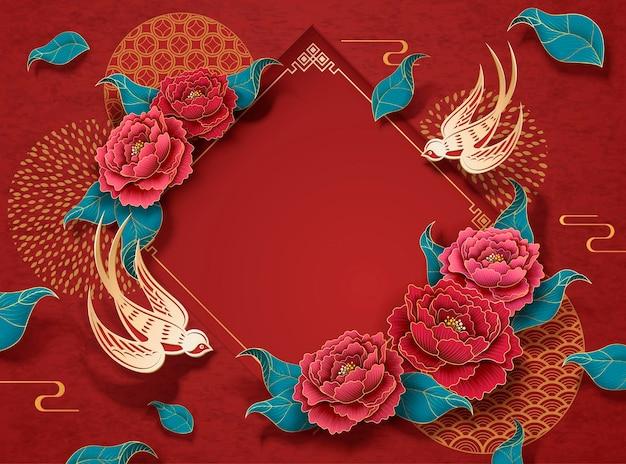 Rote neujahrshintergrundschablone mit pfingstrosenblumen und goldener schwalbe