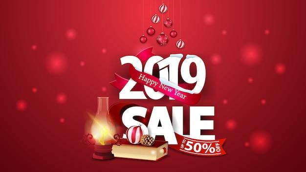 Rote rabattfahne des neuen jahres mit großen zahlen 2019, weihnachtsbüchern und antiker lampe