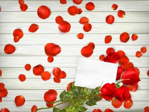 Rote rosen auf holzhintergrund.