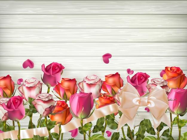 Rote rosen mit herzen auf hölzernem hintergrund.