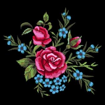 Rote rosen und blaue blumenstickerei.