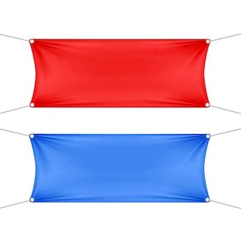 Rote und blaue leere leere horizontale rechteckige banner, die mit eckenseilen gesetzt werden.