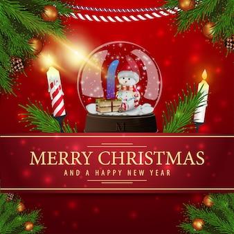 Rote weihnachtskarte mit schneekugel und kerze