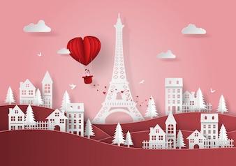 Roter herzförmiger Ballon, der über das Dorf schwimmt