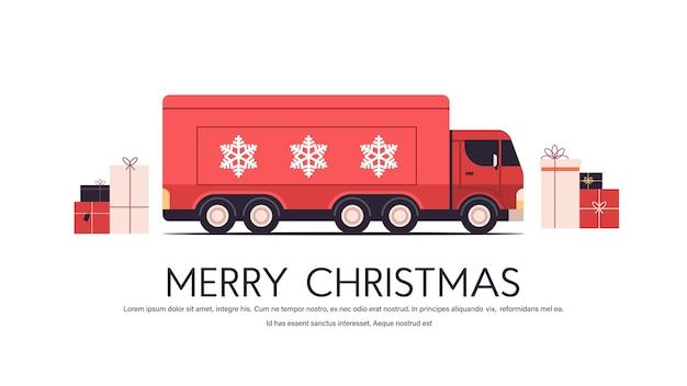 Roter lkw, der geschenke frohe weihnachten frohes neues jahr feiertagsfeier expressversandkonzeptkopierraum horizontale vektorillustration liefert