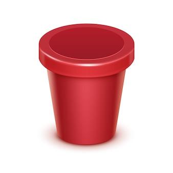 Roter scharlachroter leerer nahrungsmittelkunststoff-wannen-eimer-behälter für frucht-beere-erdbeer-kirsch-verpackungs-design mock up close up isoliert auf weißem hintergrund