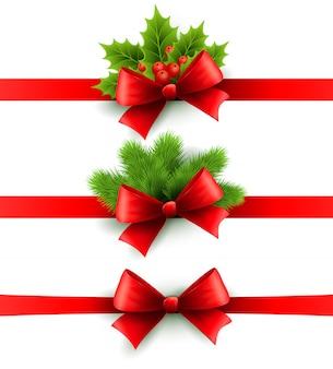 Rotes feiertagsband mit schleife. stechpalmen- und kieferndekoration