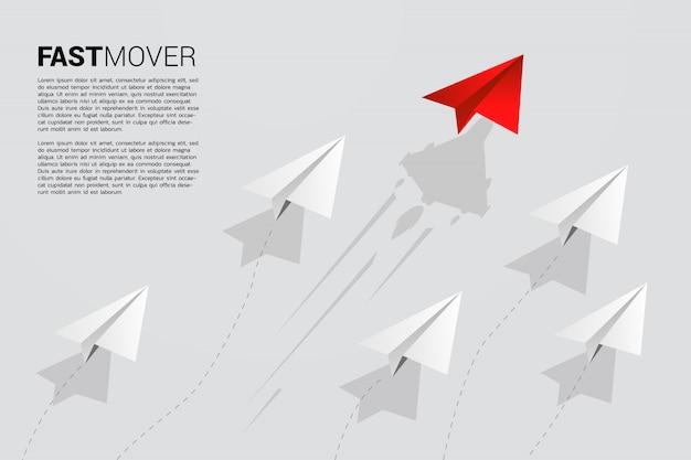 Rotes origami-papierflugzeug bewegt sich schneller