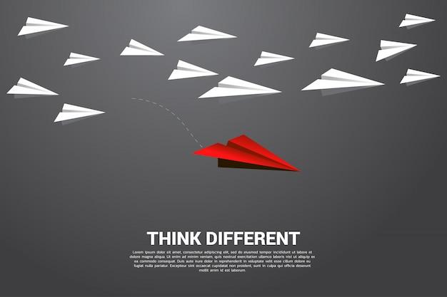 Rotes origami papierflugzeug, das von der gruppe weiß erlischt. geschäftskonzept der störung und der visionsmission.