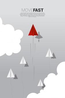 Rotes origami-papierflugzeug mit kampfflugzeugschatten bewegt sich schneller als eine gruppe von weiß.
