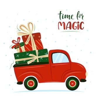 Rotes retro- auto mit weihnachtsgeschenken; weihnachtstruck mit geschenkboxen.