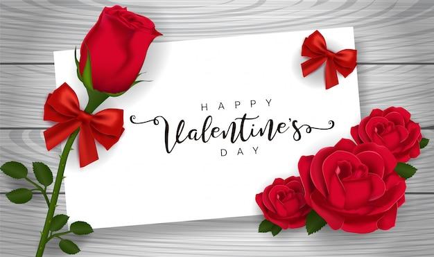 Rotrose und rosafarbene blumenblätter auf holztisch. grußkarte zum valentinstag