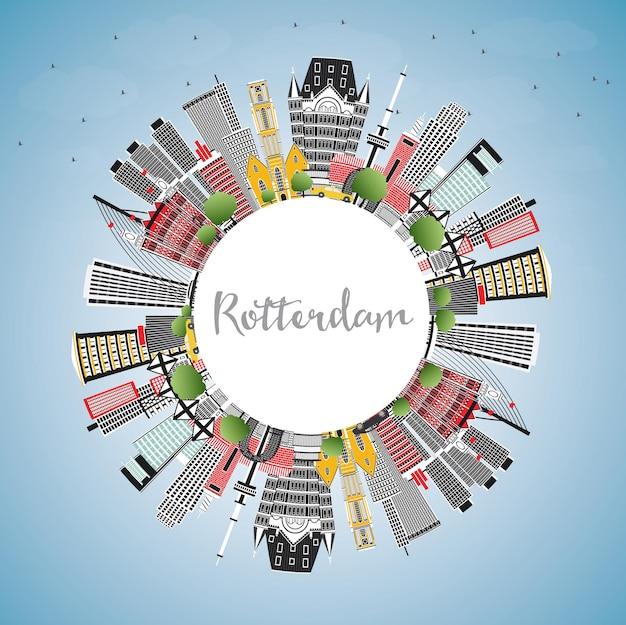 Rotterdam niederlande city skyline mit grauen gebäuden, blauem himmel und textfreiraum. vektor-illustration. geschäftsreise- und tourismuskonzept mit moderner architektur. rotterdam-stadtbild mit sehenswürdigkeiten.