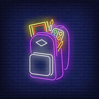 Rucksack mit leuchtreklame für künstlerbedarf