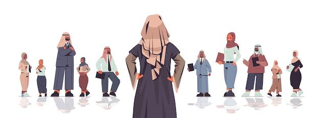 Rückansicht geschäftsfrau, die vor arabischer geschäftsleute-teamleiter-führungskonzept isolierte illustration steht