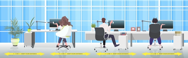 Rückansicht geschäftsleute, die an arbeitsplätzen sitzen und abstand halten, um den schutz vor coronavirus-epidemien durch covid-19 zu verhindern
