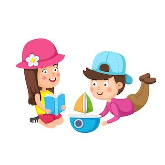 Ruhe und hobby von kindern, die bücher lesen und mit spielzeug spielen