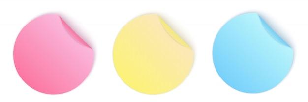 Runde selbstklebende papieraufkleber mit gebogener ecke.
