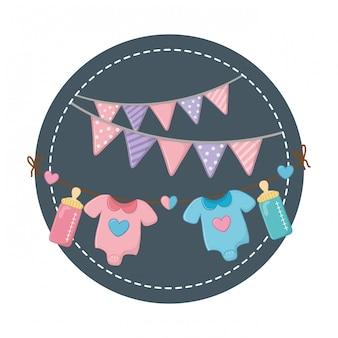 Runder rahmen mit babykleidung