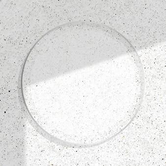 Runder silberner rahmen mit auf schattiertem weißem marmorhintergrund