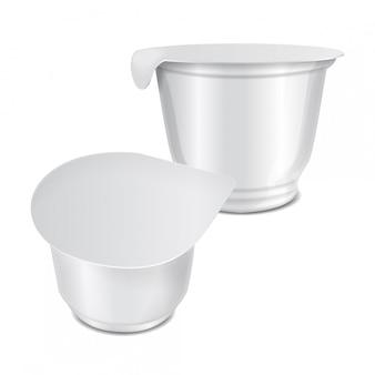 Runder weißer plastikbehälter mit plastikfolie und folienabdeckung für milchprodukte, joghurt, sahne, dessert, marmelade. satz verpackungsvorlage