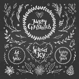 Rustikales weihnachtsset mit floralen elementen und kränzen auf einer tafel weihnachtskranz und kritzeleien