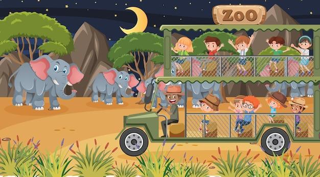 Safari in der nachtszene mit vielen kindern, die eine elefantengruppe beobachten