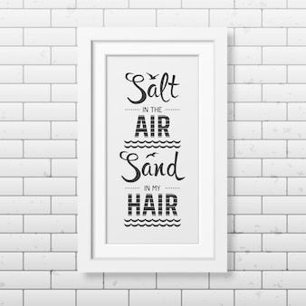 Salz in der luft sand in meinen haaren - zitieren sie typografischen hintergrund im realistischen quadratischen weißen rahmen auf dem backsteinmauerhintergrund.