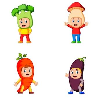 Sammlung der kinder, die das gesunde gemüsekostüm mit unterschiedlicher variante verwenden