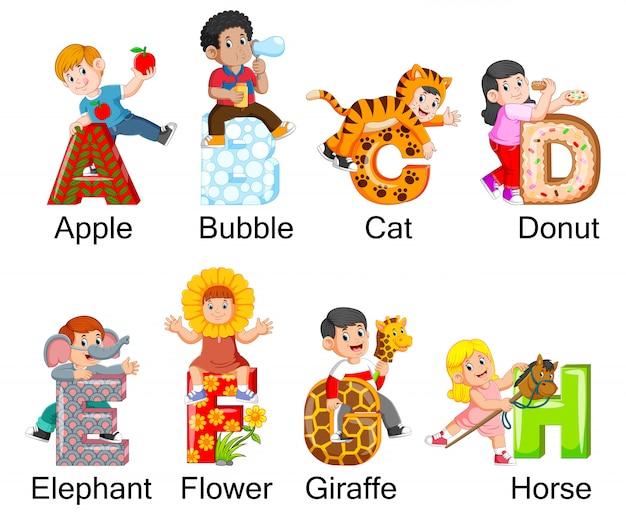 Sammlung glückliche kinder, die kostüm mit alphabet tragen