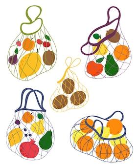 Sammlung string taschen mit früchten. hand gezeichnetes konzept des ökoeinkaufs, des ökoeinkaufs, des obsteinkaufs. illustration.