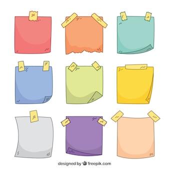 Sammlung von farbigen noten mit klebeband